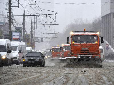 Коммунальщики продолжают устранять последствия снегопада в российской столице