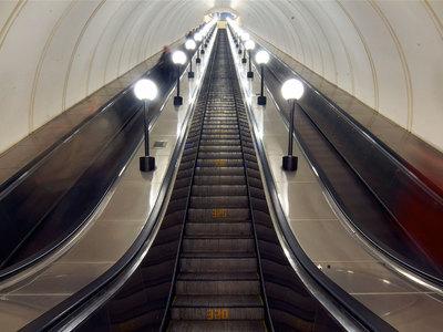 Самый длинный эскалатор вмире установили настанции «Парк Победы»