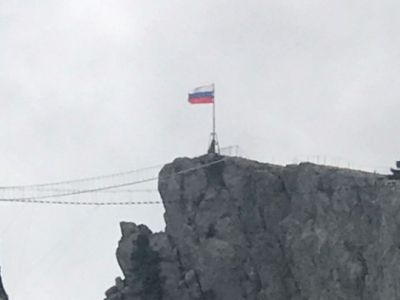 Нагоре Ай-Петри— триколор! «КРЫМ-СПАС» взошёл навершину