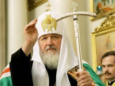 ВАстрахани патриарх Кирилл освятил крест иподарил икону строящемуся храму