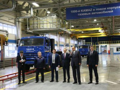 Вновом корпусе «КамАЗа» выпустили юбилейный газомоторный грузовой автомобиль