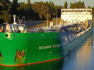В русский  танкер «Механик Погодин» врезалась моторная лодка «Крым»