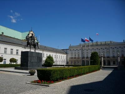 Неизвестный пытался протаранить ворота Президентского замка вВаршаве