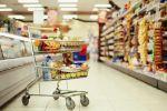 Впервые после 2008 года россияне начали тратить на еду более 50% доходов