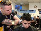 К аргентинскому парикмахеру без рук выстраивается очередь из клиентов