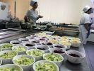 Роспотребнадзор предложил запретить школьникам приносить еду из дома