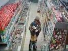 Мужчина пытался задушить ребёнка в супермаркете: видео