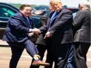 Замгубернатора Луизианы надел на встречу с Трампом носки с его портретом