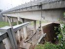 В Китае из-за сильных ливней рухнул мост с машинами