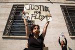 В США полицейского обвинили в убийстве после смертельного задержания чернокожего
