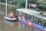 В Краснодаре пассажиров утонувшего после дождя трамвая эвакуировали на лодках