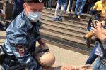 У здания московского суда задержали активиста, который в полицейской форме перерезал горло манекену