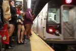 Девушки в метро.