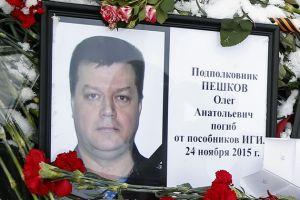 На малой родине погибшего в Сирии российского лётчика установили мемориальную плиту