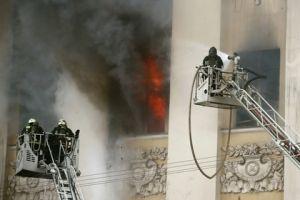 У горящего в центре Москвы здания Минобороны обрушилась кровля