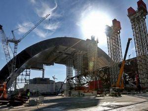 Над саркофагом Чернобыльской АЭС установлена новая арка