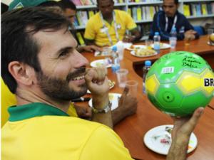 Игроки сборной Бразилии сыграли в футбол с ребятами из детских домов