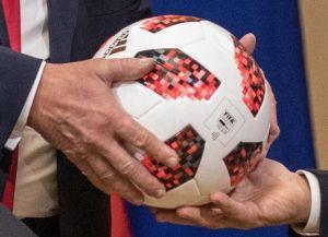 """Американские СМИ рассказали о """"передатчике"""" в подаренном Трампу мяче"""