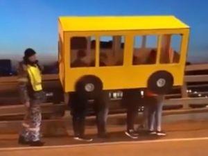 В Приморье четверо мужчин прикинулись автобусом, чтобы перейти мост