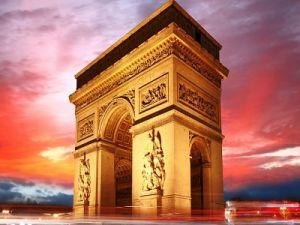 Протестующие в Париже разгромили Триумфальную арку