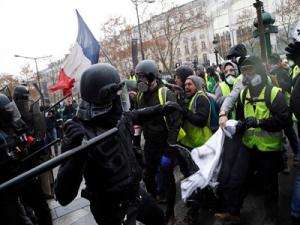 Россию обвиняют в организации протестов во Франции