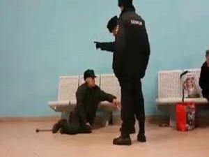 Полицейского, скинувшего пожилого мужчину со скамейки на вокзале, уволили