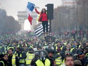 """Центр Парижа оказался перекрыт из-за очередной акции """"жёлтых жилетов"""""""