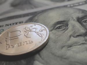 Эксперты предрекают дальнейшую девальвацию рубля из-за доклада Мюллера