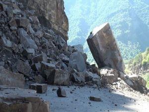 Восемь человек погибли в Китае после попадания автобуса под камнепад