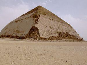 В Египте открыли для туристов древнейшую «ломаную» пирамиду