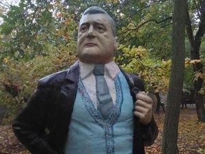 На Украине установили памятник Петру Порошенко