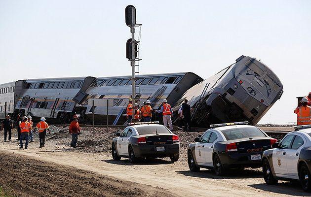 В Калифорнии в столкновении поезда и грузовика пострадали 50 человек