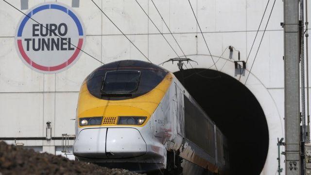 Мигранты помешали движению поезда под Ла-Маншем