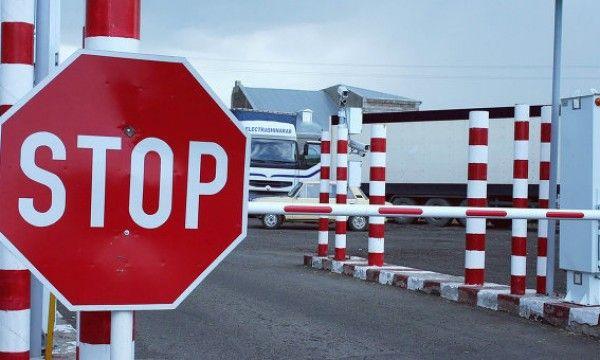 На Украине активисты блокируют движение грузовиков с российскими номерами
