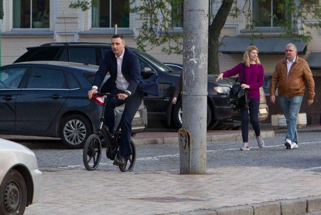 Кличко упал с велосипеда по пути на работу