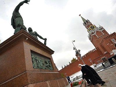 Владимир Путин возложил цветы к памятнику Минину и Пожарскому