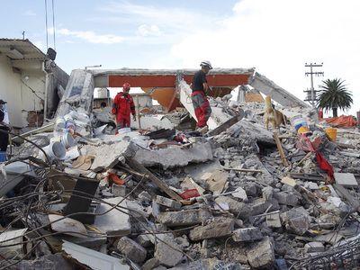 В Мексике произошло обрушение торгового центра на автостраду