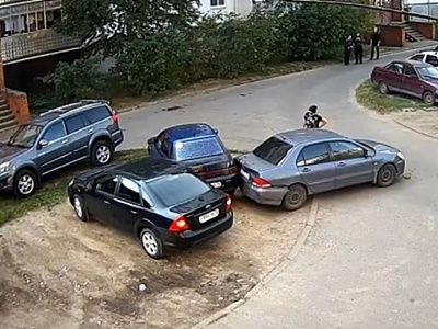Семилетний ребёнок на родительском автомобиле сбил свою мать – видеофакт