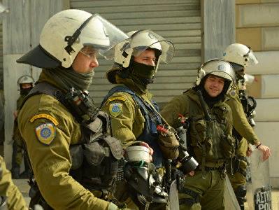 В Афинах неизвестные разгромили вход в здание посольства Канады