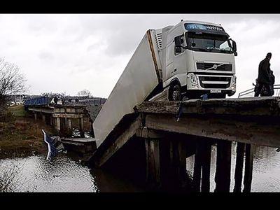 В Приморье обрушился автомобильный мост: легковушка под завалом. Возможны жертвы