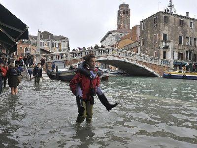 Наводнение в Венеции: солёная вода может повредить древние артефакты