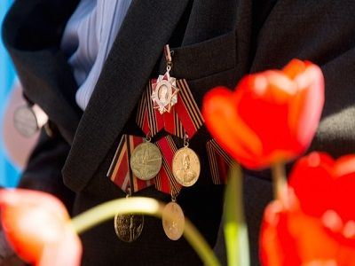 В отношении соцработника, бросившего ветерану подарок ко Дню Победы, начали проверку