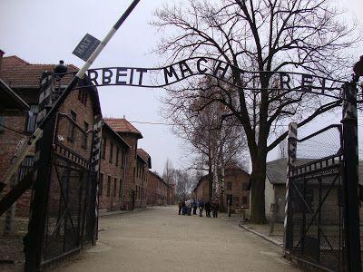 Музей Освенцима протестует против своих фото на мини-юбках и подушках