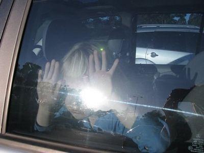 В США семеро детей едва не задохнулись в машине во время шоппинга их мамы