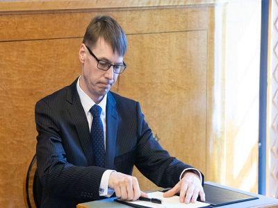 Обвиняемый в домашнем насилии эстонский министр ушёл в отставку