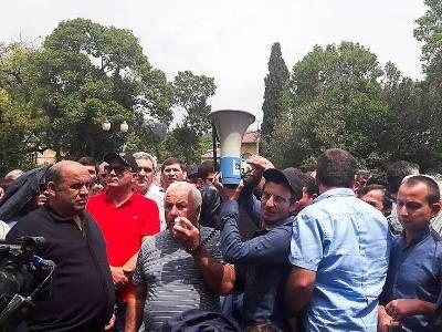 В Сухуме проходит акция протеста сторонников оппозиции