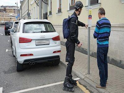 Парковочные инспекторы на роликах начали работу в Москве