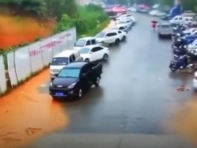 В Китае оползень смыл стоянку с десятками припаркованных автомобилей