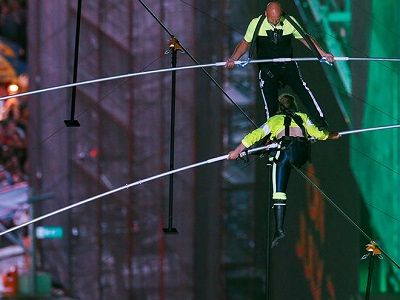 Канатоходцы прошли по канату между небоскрёбами на Таймс-сквер