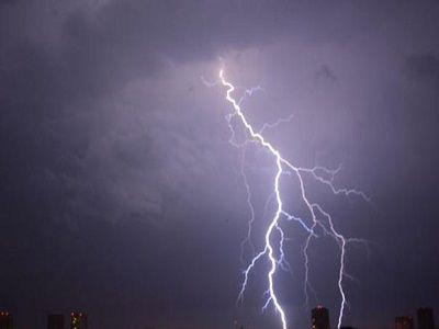 В Приамурье молния ударила в двух рабочих, разговаривавших по телефону